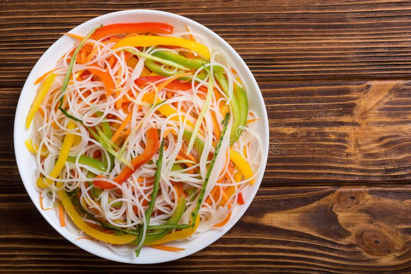 Σαλάτα από τα νουντλς ρυζιού με τα λαχανικά στοκ εικόνα με δικαίωμα ελεύθερης χρήσης