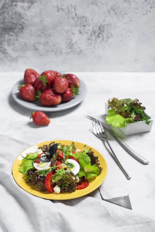 Σαλάτα από τη φράουλα, τυρί Σαλάτα σε ένα κίτρινο πιάτο στοκ εικόνες με δικαίωμα ελεύθερης χρήσης