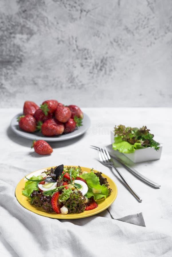 Σαλάτα από τη φράουλα, τυρί Σαλάτα σε ένα κίτρινο πιάτο στοκ εικόνες