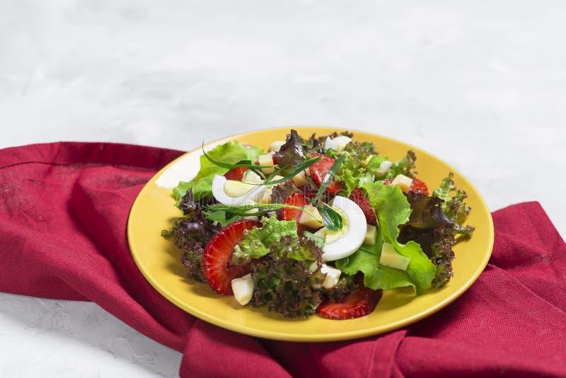 Σαλάτα από τη φράουλα, τυρί Σαλάτα σε ένα κίτρινο πιάτο στοκ φωτογραφίες με δικαίωμα ελεύθερης χρήσης