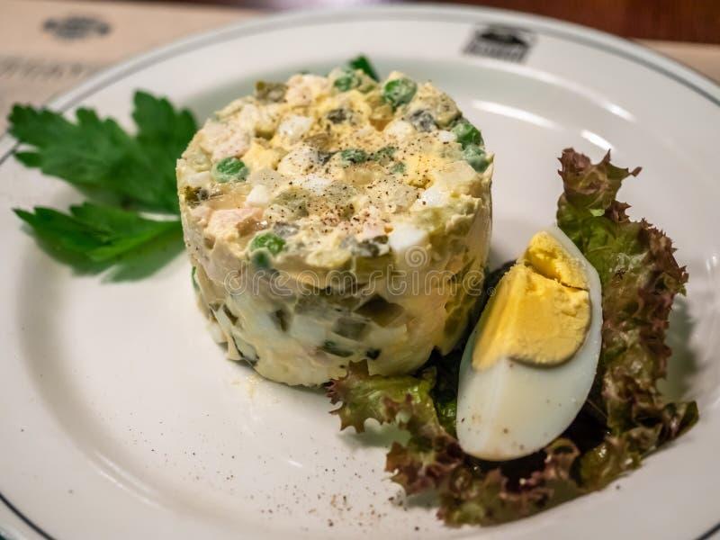 Σαλάτα αυγών στο άσπρο πιάτο στοκ εικόνα με δικαίωμα ελεύθερης χρήσης
