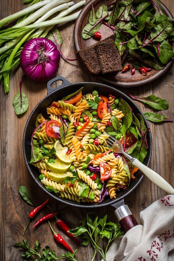 Σαλάτα ζυμαρικών με το φρέσκο σπανάκι χορταριών, τα λαχανικά και τα πράσινα μπιζέλια στοκ εικόνες