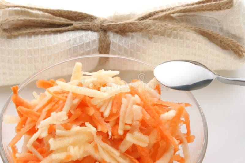 σαλάτα καρότων κύπελλων μή&la στοκ εικόνα με δικαίωμα ελεύθερης χρήσης