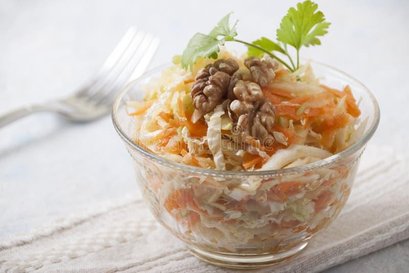 Σαλάτα κινεζικών λάχανων σε ένα κύπελλο σαλάτας γυαλιού στοκ εικόνες με δικαίωμα ελεύθερης χρήσης
