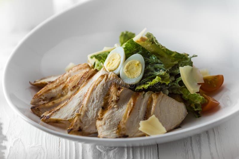 Σαλάτα κοτόπουλου με τα αυγά, το μαρούλι και τις ντομάτες στοκ εικόνες