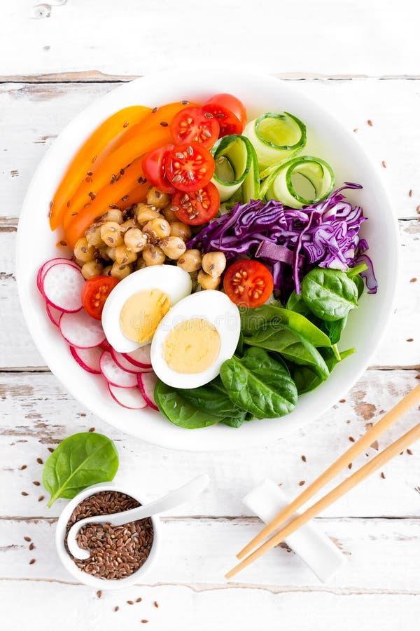 Σαλάτα κύπελλων του Βούδα με chickpeas, το γλυκό πιπέρι, την ντομάτα, το αγγούρι, το κατσαρό λάχανο κόκκινων λάχανων, το φρέσκο ρ στοκ φωτογραφίες
