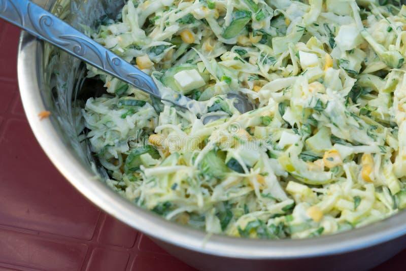 Σαλάτα λάχανων με το καλαμπόκι και τα αγγούρια Νόστιμος και υγιής στοκ εικόνα