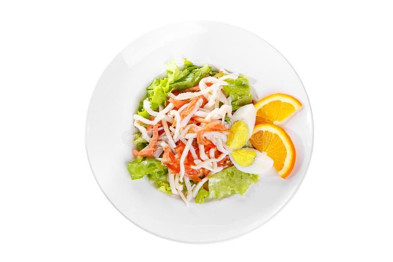 Σαλάτα με τα θαλασσινά στο λευκό πιάτων που απομονώνεται στοκ φωτογραφίες με δικαίωμα ελεύθερης χρήσης