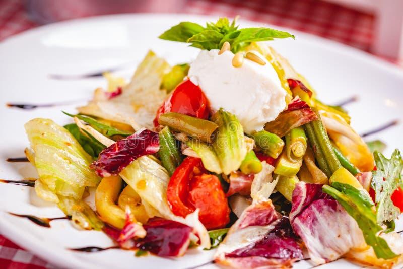 Σαλάτα με τα πράσινα φασόλια, τις ντομάτες, το πιπέρι κουδουνιών, το τυρί ricotta και τα μικτά πράσινα στο άσπρο πιάτο στοκ φωτογραφίες με δικαίωμα ελεύθερης χρήσης