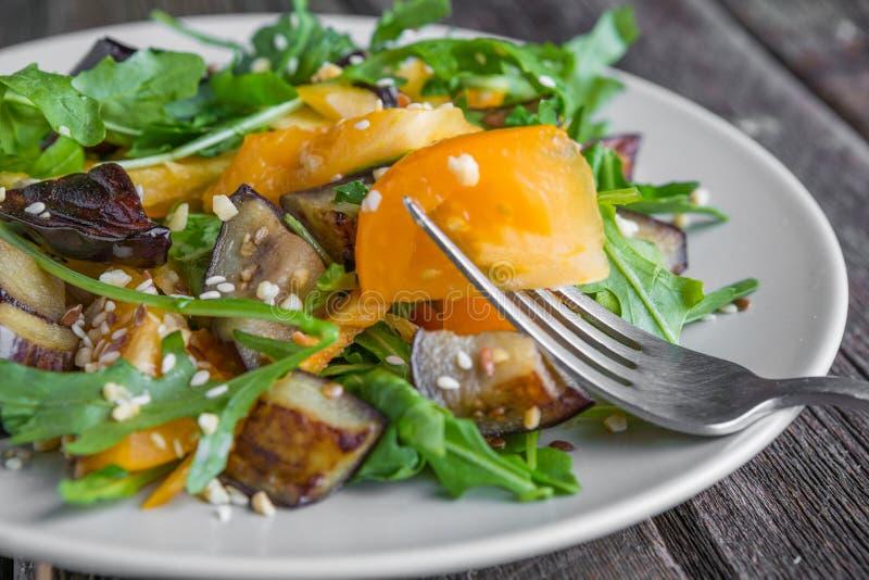 σαλάτα με τις μελιτζάνες, την πάπρικα και το σκόρδο στοκ εικόνα