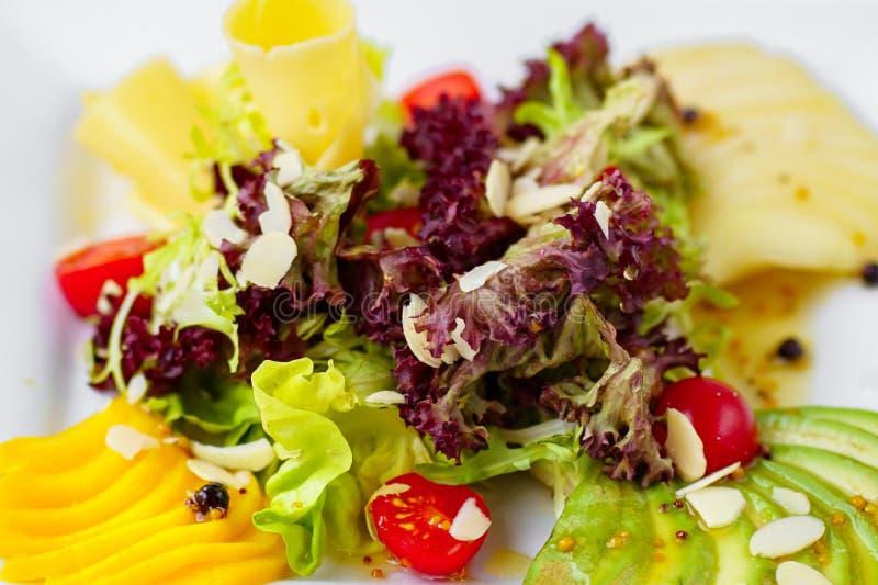 Σαλάτα με τις ντομάτες κερασιών και μαριναρισμένος στοκ εικόνες
