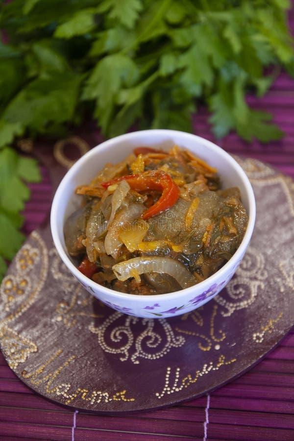 Σαλάτα ορεκτικών μελιτζάνας με τα λαχανικά - πάπρικα, κρεμμύδι, καρότο, μαϊντανός, ντομάτες, άνηθος - σύγχρονη αδύνατη κουζίνα στοκ φωτογραφίες με δικαίωμα ελεύθερης χρήσης