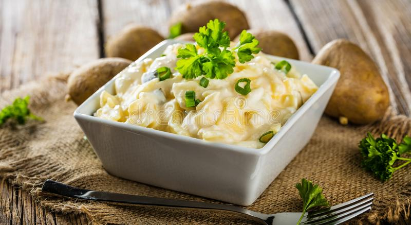 Σαλάτα πατατών με το γιαούρτι και μαγιονέζα που ντύνει με τα φρέσκα κρεμμύδια στοκ φωτογραφία