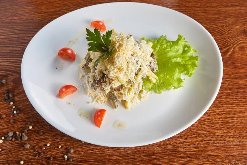 Σαλάτα της γλώσσας βόειου κρέατος, του τυριού, των αυγών, των παστωμένων αγγουριών και των τηγανιτών πατατών, σε ένα μαρούλι, με  στοκ φωτογραφία με δικαίωμα ελεύθερης χρήσης