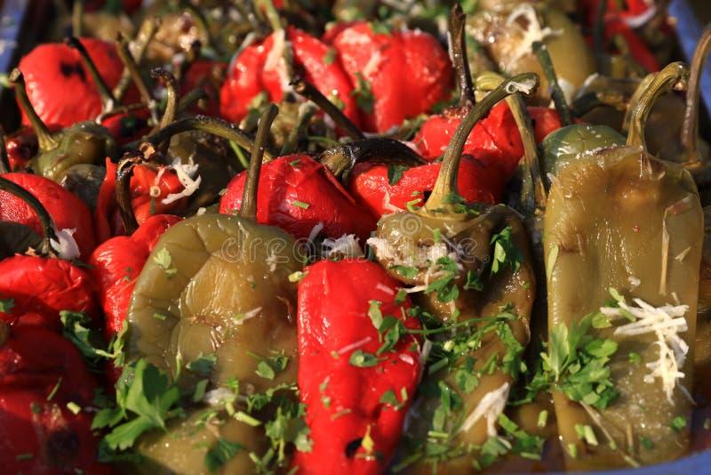 Σαλάτα των ψημένων και ξεφλουδισμένων ολόκληρων κόκκινων και πράσινων πιπεριών στοκ εικόνες