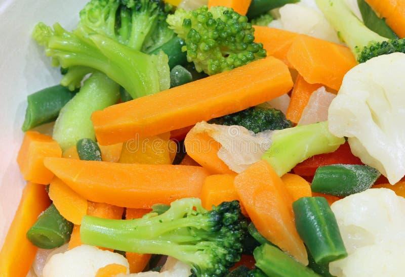 σαλάτα φρέσκων λαχανικών με το κουνουπίδι και το μπρόκολο καρότων στοκ εικόνες
