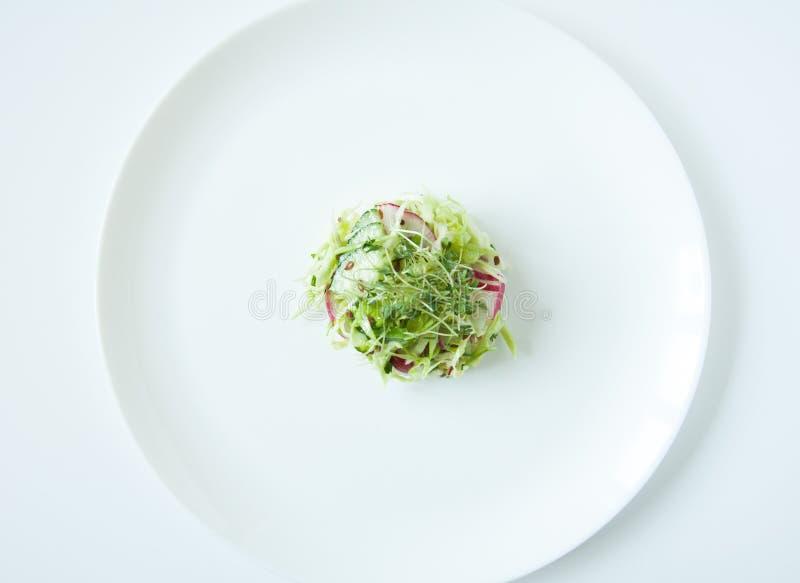 Σαλάτα φρέσκων λαχανικών σε ένα άσπρο πιάτο r Διαιτητική διατροφή r Microgreen, σπόροι λιναριού στα τρόφιμα W στοκ εικόνα