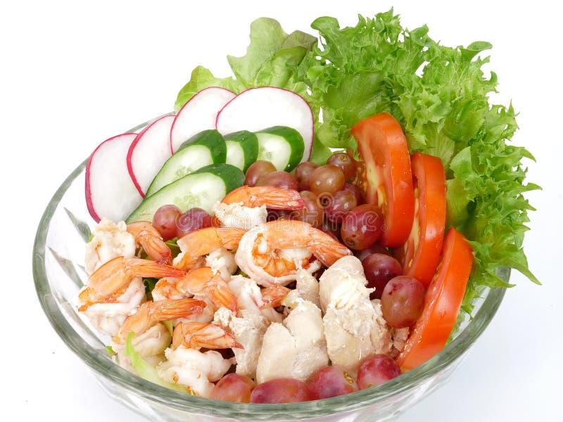 σαλάτα φρούτων και λαχανικών με τις γαρίδες και το κοτόπουλο στοκ φωτογραφία με δικαίωμα ελεύθερης χρήσης