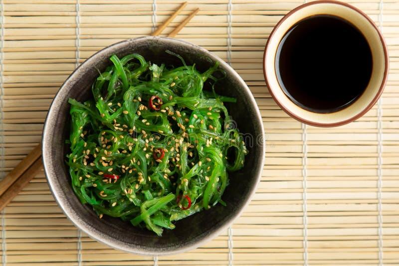 Σαλάτα φυκιών Wakame με το πιπέρι σουσαμιού και τσίλι στοκ εικόνα