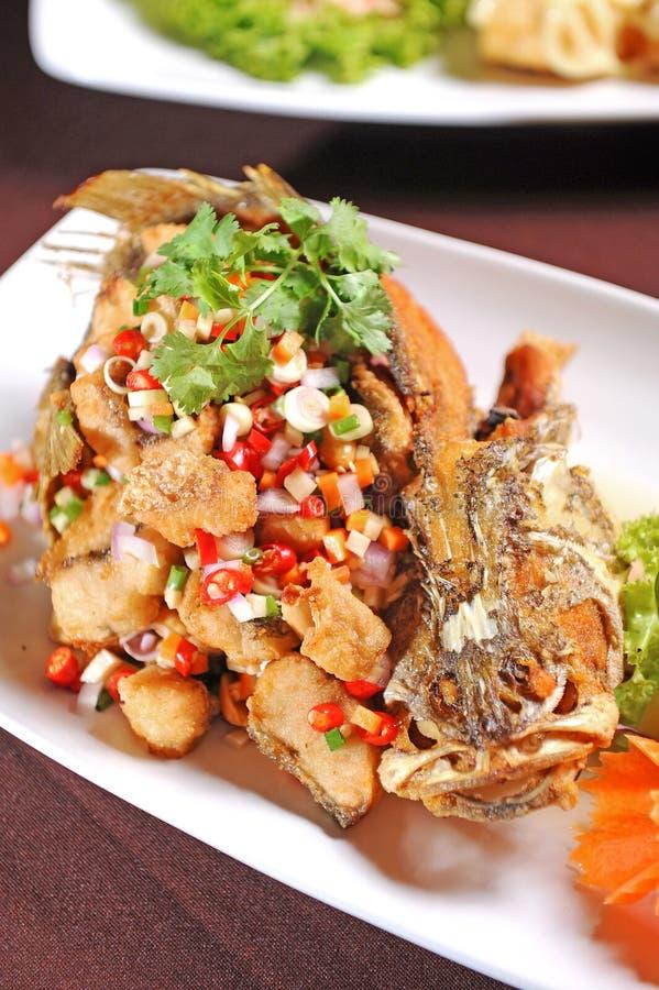 Σαλάτα χορταριών με τα τσιγαρισμένα ψάρια στοκ φωτογραφία με δικαίωμα ελεύθερης χρήσης