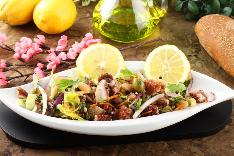 Σαλάτα χταποδιών με τα λαχανικά και τα φασόλια στοκ εικόνα