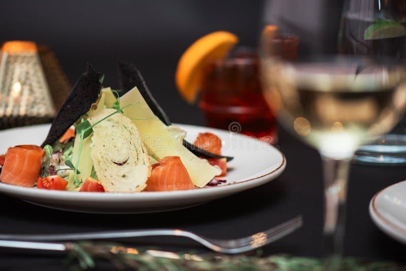 Σαλάτα Caesar με τα ψάρια σολομών στοκ εικόνα με δικαίωμα ελεύθερης χρήσης