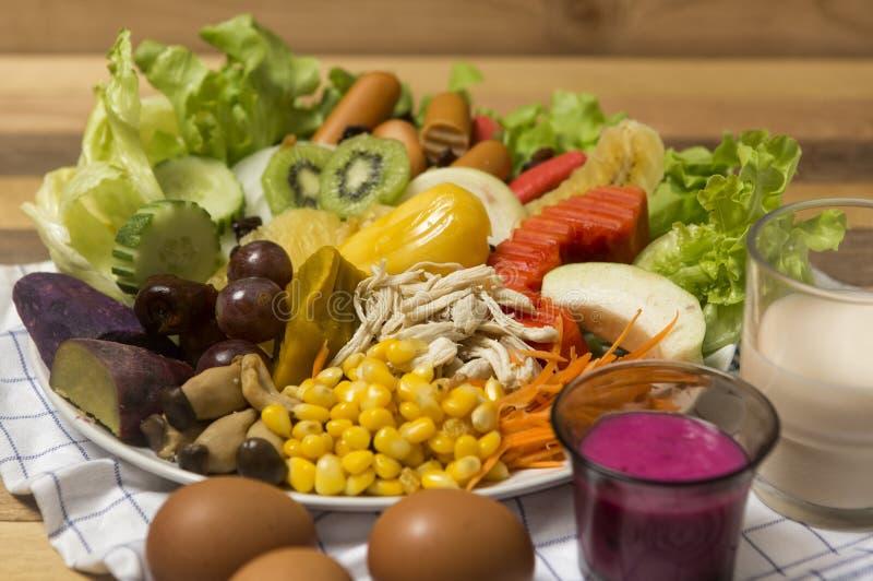 Σαλάτες, αυγά και γάλα που τοποθετούνται σε ξύλινο στοκ φωτογραφία