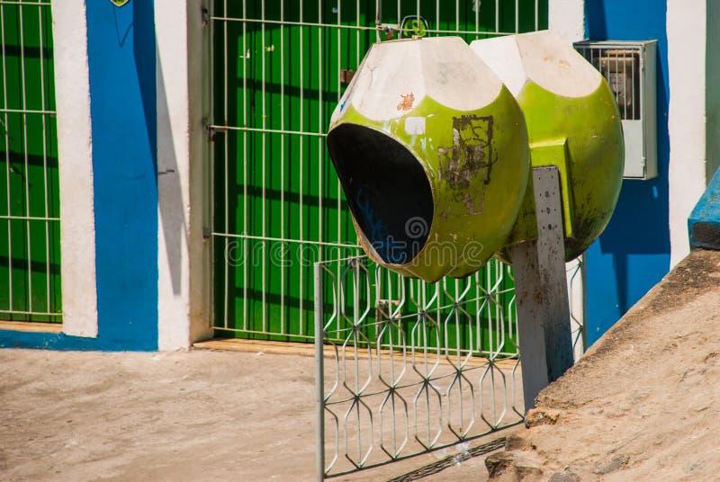 ΣΑΛΒΑΔΟΡ, ΒΡΑΖΙΛΙΑ: Ασυνήθιστος τηλεφωνικός θάλαμος υπό μορφή καρύδας στην οδό πόλεων στοκ φωτογραφία με δικαίωμα ελεύθερης χρήσης