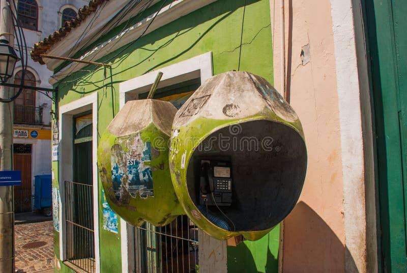 ΣΑΛΒΑΔΟΡ, ΒΡΑΖΙΛΙΑ: Ασυνήθιστος τηλεφωνικός θάλαμος υπό μορφή καρύδας στην οδό πόλεων στοκ εικόνες