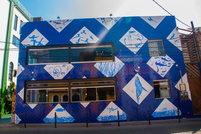 ΣΑΛΒΑΔΟΡ, ΒΡΑΖΙΛΙΑ: Ασυνήθιστο κτήριο στην οδό με τα σχέδια των ψαριών στοκ εικόνα με δικαίωμα ελεύθερης χρήσης