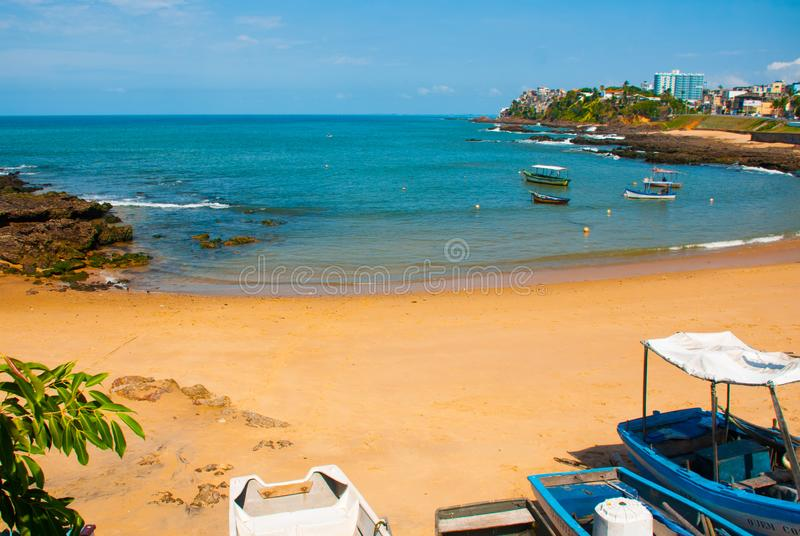 ΣΑΛΒΑΔΟΡ, ΒΡΑΖΙΛΙΑ: Όμορφο τοπίο με τις απόψεις της τροπικών παραλίας, των βράχων και των βαρκών στοκ εικόνα με δικαίωμα ελεύθερης χρήσης