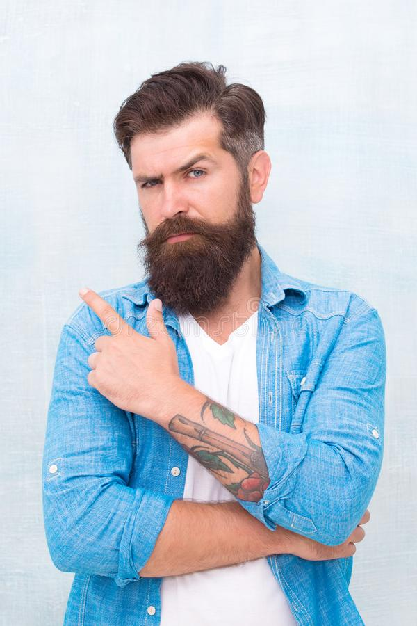 Σαλόνι κουρέων Καλά καλλωπισμένος φαλλοκράτης Βάναυσο όμορφο άτομο hipster στο γκρίζο υπόβαθρο τοίχων Γενειοφόρο ύφος hipster ατό στοκ εικόνες