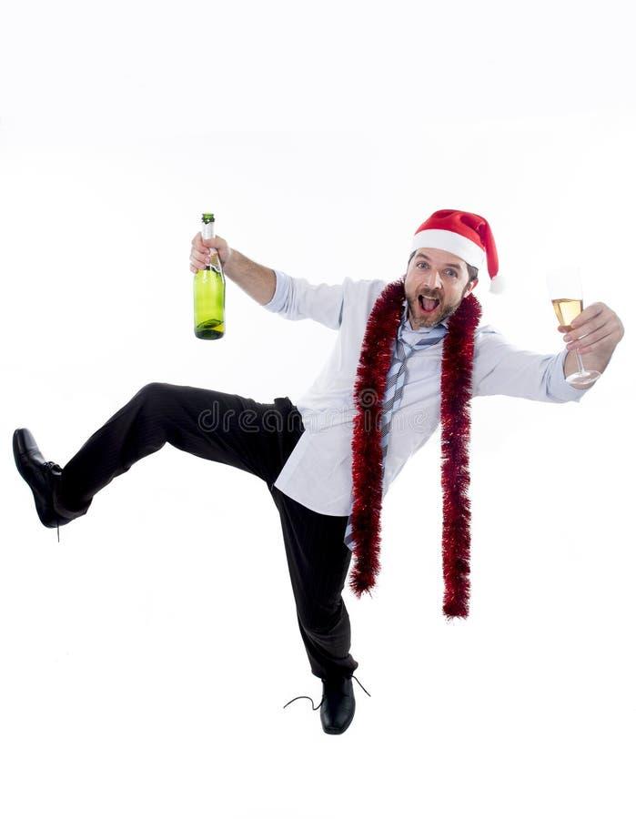 Σαμπάνια κατανάλωσης επιχειρηματιών που φορά το καπέλο santa στη γιορτή Χριστουγέννων γραφείων στοκ εικόνες με δικαίωμα ελεύθερης χρήσης