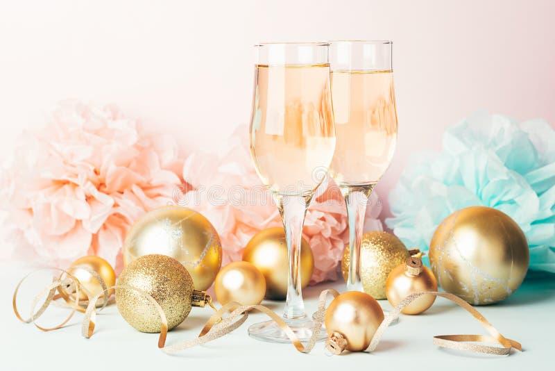 Σαμπάνια σε γυάλινα γυαλάκια χρυσά μπαλόνια αστέρια σερπεντίνη ένα παστέλ ευαίσθητο ροζ φόντο Νέο έτος εορταστικής έννοιας στοκ φωτογραφίες με δικαίωμα ελεύθερης χρήσης