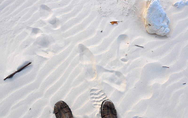 Σανδάλια και άσπρη παραλία άμμου στοκ εικόνα με δικαίωμα ελεύθερης χρήσης
