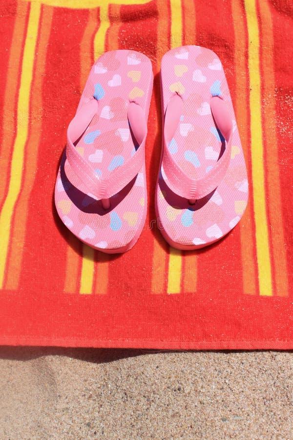 Σανδάλια στην πετσέτα παραλιών στοκ φωτογραφία με δικαίωμα ελεύθερης χρήσης