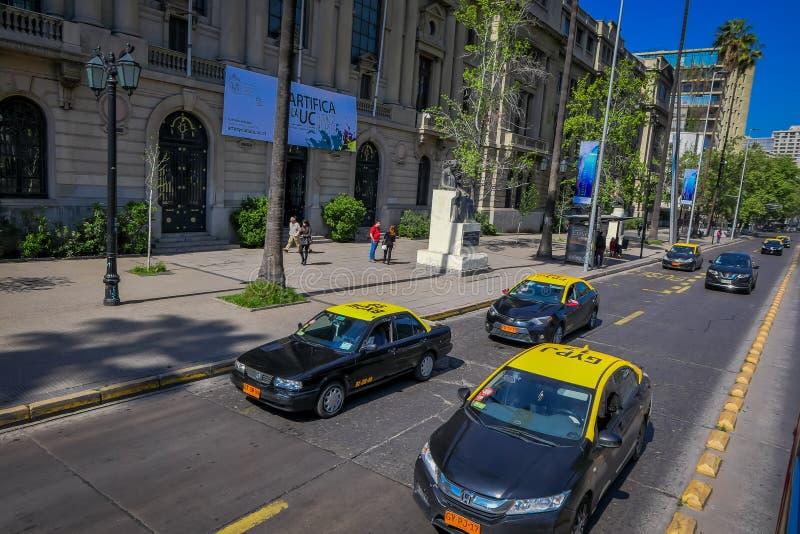 ΣΑΝΤΙΑΓΟ, ΧΙΛΗ - 16 ΟΚΤΩΒΡΊΟΥ 2018: Υπαίθρια άποψη των αυτοκινήτων και των taxis που κυκλοφορούν στις οδούς της πόλης του Σαντιάγ στοκ εικόνες