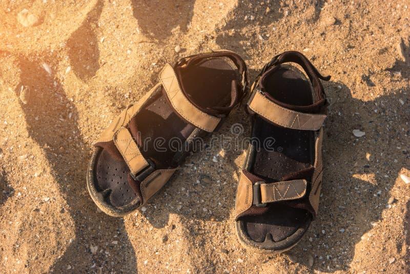 Σανδάλια στην άμμο στοκ εικόνες