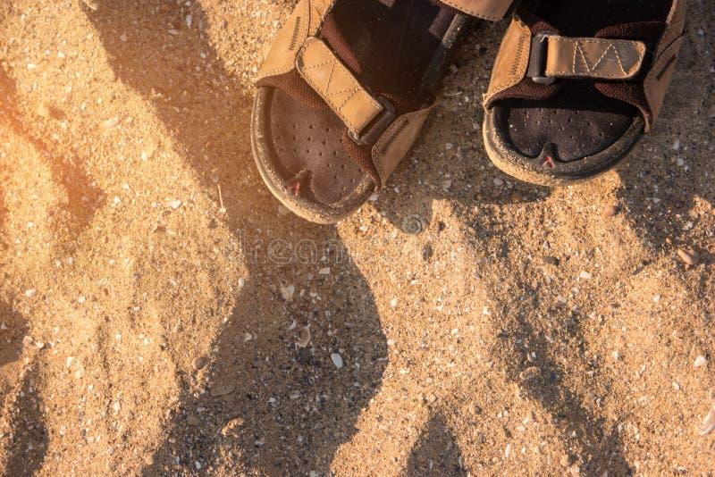 Σανδάλια στο υπόβαθρο άμμου στοκ φωτογραφία με δικαίωμα ελεύθερης χρήσης