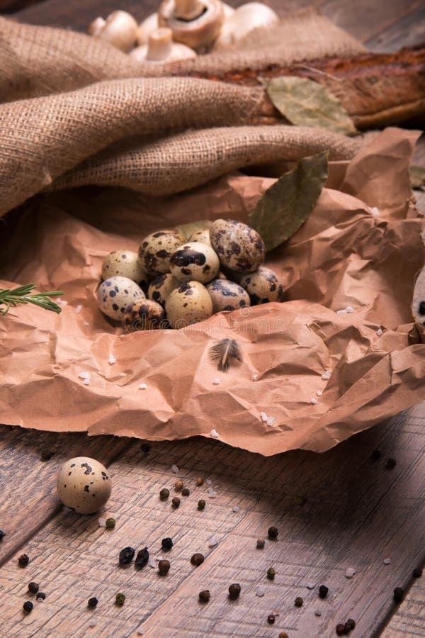 σαν αυγά ανασκόπησης πολλές νησοπέρδικες Φρέσκα, υγιή, οργανικά, πρωτεϊνικά αυγά ορτυκιών σε ένα ξύλινο υπόβαθρο Πιπέρι και βρασμ στοκ φωτογραφία με δικαίωμα ελεύθερης χρήσης