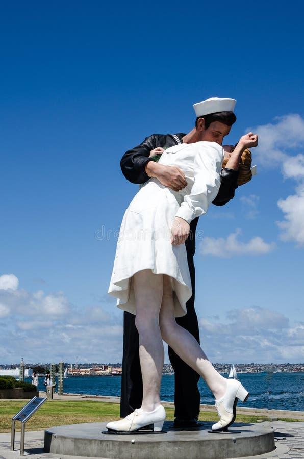 ΣΑΝ ΝΤΙΈΓΚΟ, ΑΣΒΈΣΤΙΟ: Το απεριόριστο salior ναυτικού αγαλμάτων παράδοσης που φιλά μια νοσοκόμα που δημιουργείται από τον καλλιτέ στοκ εικόνες