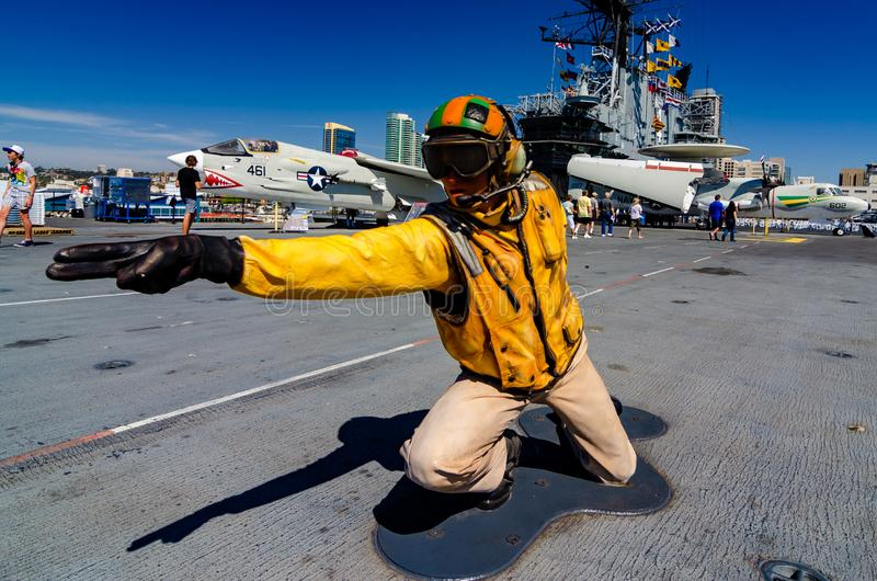ΣΑΝ ΝΤΙΈΓΚΟ, ΗΠΑ - 4 ΟΚΤΩΒΡΊΟΥ 2012: Ένα πρότυπο ενός ναυτικού υπεύθυνου για τον καταπέλτη στο USS ευρισκόμενο στη μέση του δρόμο στοκ εικόνες