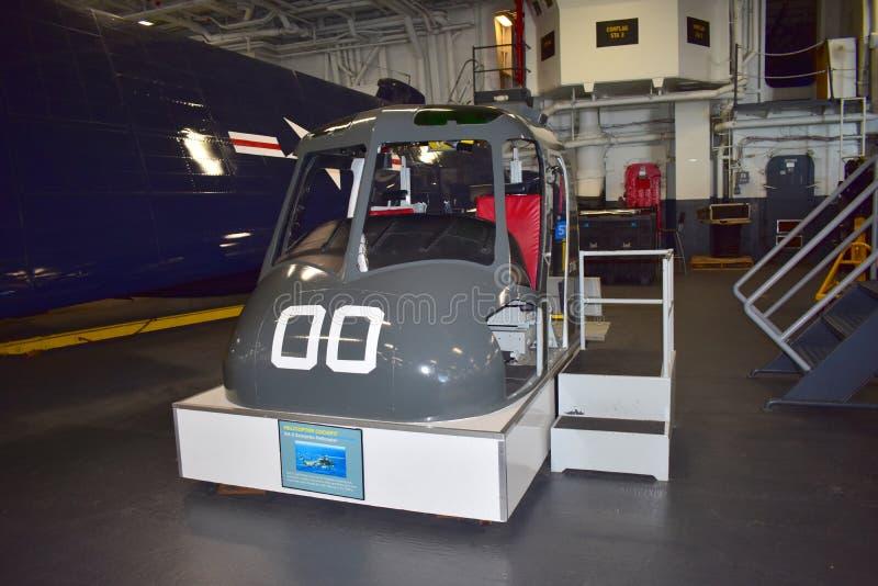 Σαν Ντιέγκο, Καλιφόρνια - ΗΠΑ - 04.2016 Δεκεμβρίου - Helipcopter Cokcpit στο ευρισκόμενο στη μέση του δρόμου μουσείο USS στοκ εικόνα με δικαίωμα ελεύθερης χρήσης