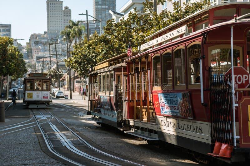 ΣΑΝ ΦΡΑΝΣΊΣΚΟ, ΗΠΑ †«ΣΤΙΣ 12 ΟΚΤΩΒΡΊΟΥ 2018: Παραδοσιακό τελεφερίκ αυτοκινήτων τραμ στις οδούς του Σαν Φρανσίσκο, Καλιφόρνια, Η στοκ εικόνες
