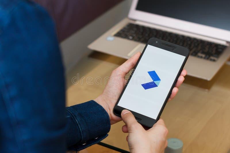 ΣΑΝ ΦΡΑΝΣΊΣΚΟ, ΗΠΑ - 22 Απριλίου 2019: Κλείστε μέχρι τα θηλυκά χέρια κρατώντας το smartphone χρησιμοποιώντας το μέτρο Google - γρ στοκ εικόνες
