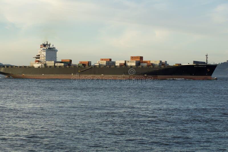 ΣΑΝ ΦΡΑΝΣΊΣΚΟ, ΚΑΛΙΦΟΡΝΙΑ, ΗΝΩΜΕΝΕΣ ΠΟΛΙΤΕΊΕΣ - 25 Νοεμβρίου 2018: Φορτηγό πλοίο NYK ROMULUS που μπαίνει στον κόλπο του Σαν Φρανσ στοκ εικόνες