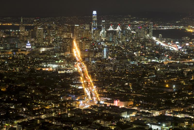 Σαν Φρανσίσκο τη νύχτα από τις δίδυμες αιχμές στοκ εικόνες