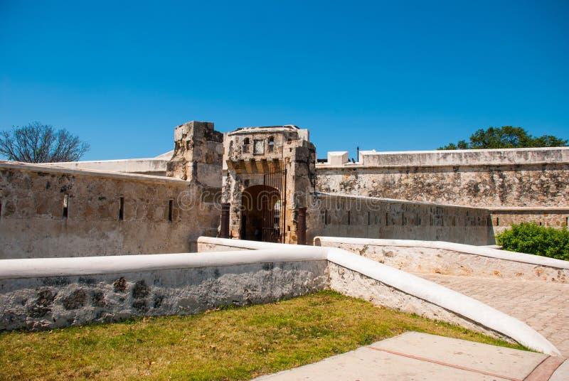 Σαν Φρανσίσκο de Campeche, Μεξικό: Παλαιοί τοίχος και είσοδος φρουρίων στο ιστορικό κέντρο Πύλη Puerta de Tierra εδάφους στοκ εικόνα με δικαίωμα ελεύθερης χρήσης