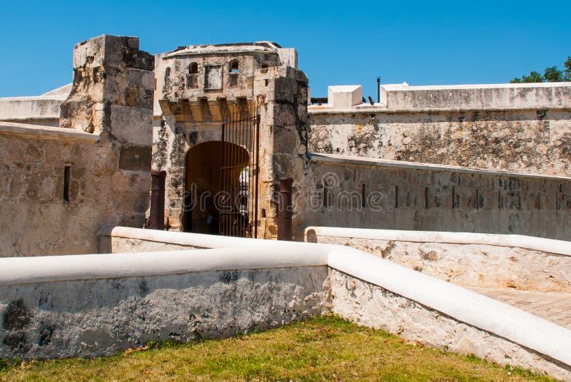 Σαν Φρανσίσκο de Campeche, Μεξικό: Παλαιοί τοίχος και είσοδος φρουρίων στο ιστορικό κέντρο Πύλη Puerta de Tierra εδάφους στοκ εικόνα