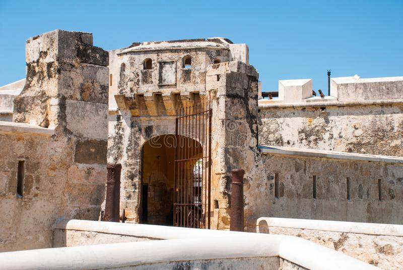 Σαν Φρανσίσκο de Campeche, Μεξικό: Παλαιοί τοίχος και είσοδος φρουρίων στο ιστορικό κέντρο Πύλη Puerta de Tierra εδάφους στοκ φωτογραφία